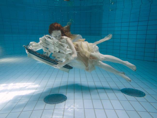 Frau mit Segelschiff in einem Pool
