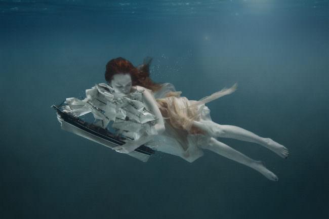 Frau mit Segelschiff Unterwasser