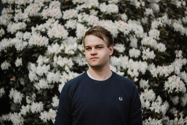Ein Mann vor Blüten
