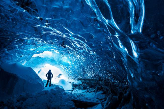 Ein Mensch in einer Eisgrotte