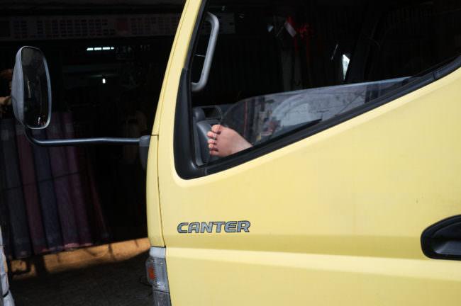 Ein Fuß, aufgenommen durch ein Autofenster