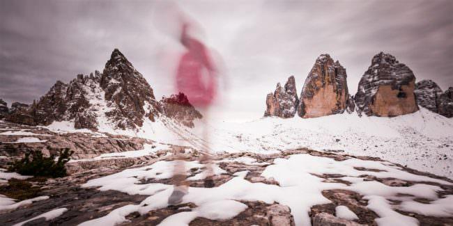 Ein verschwommener Wanderer in einer Schneelandschaft.