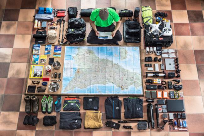 Eine Karte und Fotoequipment auf dem Boden angeordnet