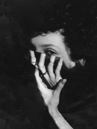 Bild einer Frau mit Hand im Gesicht in schwarz weiß mit Verzerrung.