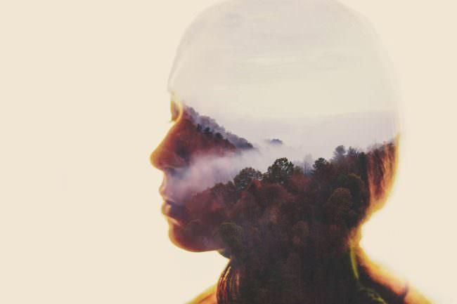 Portrait einer jungen Frau doppelbelichtet mit dem Bild einer Tallandschaft im Nebel.