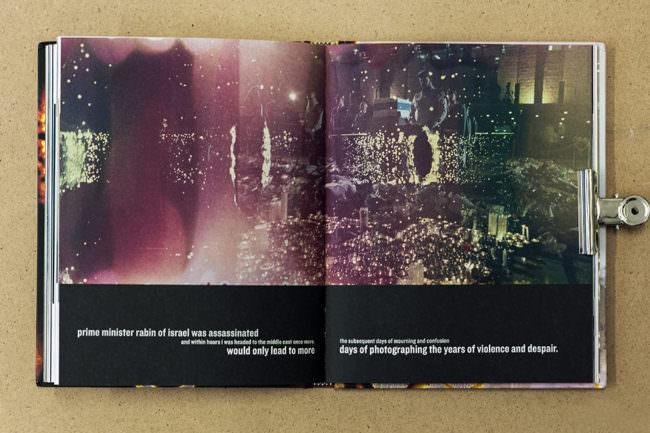 Aufgeschlagenes Buch mit Ansicht einer Fotografie mit Chemieflecken und Text