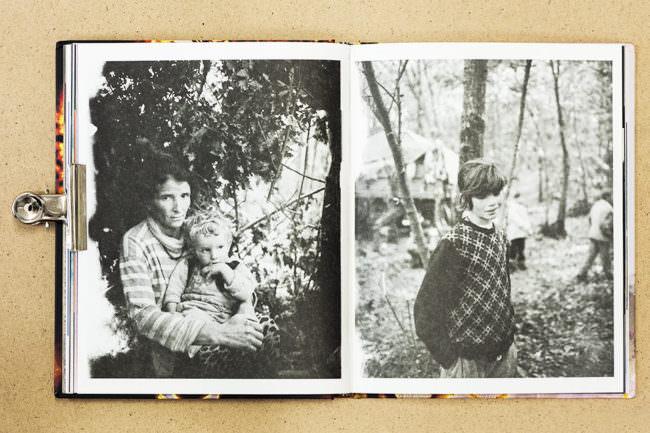 Aufgeschlagenes Buch mit zwei Schwarzweiß-Fotografien von einer Mutter mit Kind und einem jungen Mädchen.