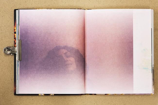 Aufgeschlagenen Buch mit formatfüllendem Bild einer verschwommenen Frau