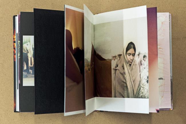 Aufgeschlagenes Buch mit Bild von einem Mädchen eingewickelt in einer Decke.
