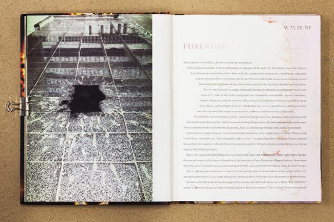 Aufgeschlagenes Buch mit Bild von einem Fleck auf Fußboden, nebenstehend Text auf der gegenüberliegenden Buchseite.