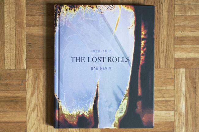 Buch mit dem Titel Lost Rolls Cover Fotografie auf Holzuntergrund