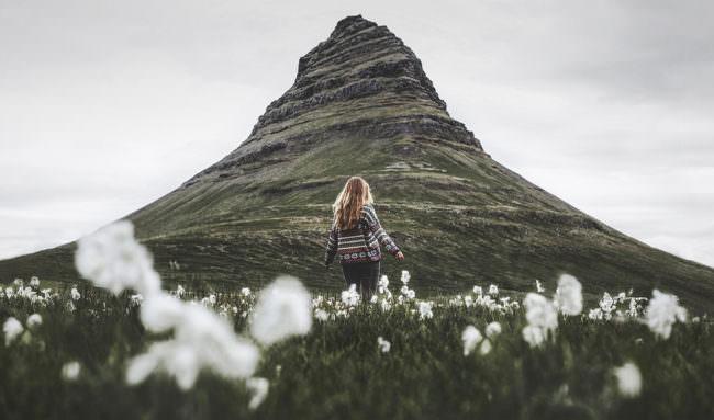 Eine Frau vor einem steilen Berg