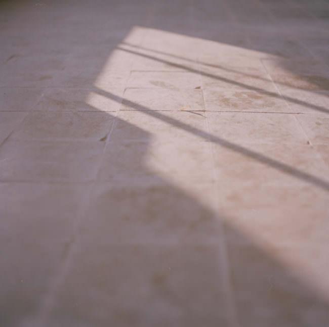 Schattenspiel auf Bodenplatten.