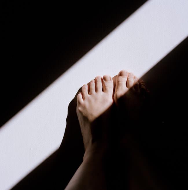 Ein Fuß und Schatten und Licht.