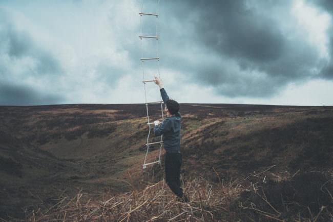 Ein Mann klettert eine Leiter nach oben