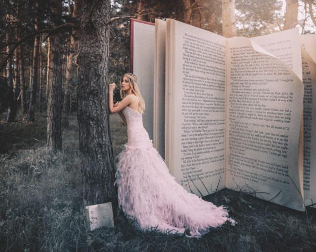 Eine Frau vor einem riesigen Buch