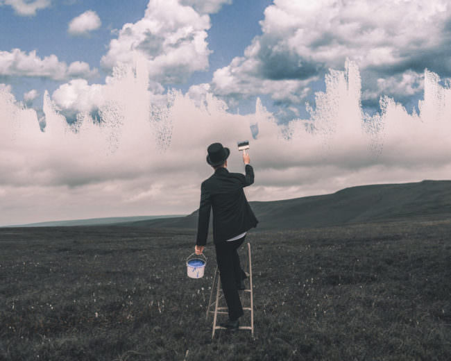 Ein Mann mal den Himmel blau