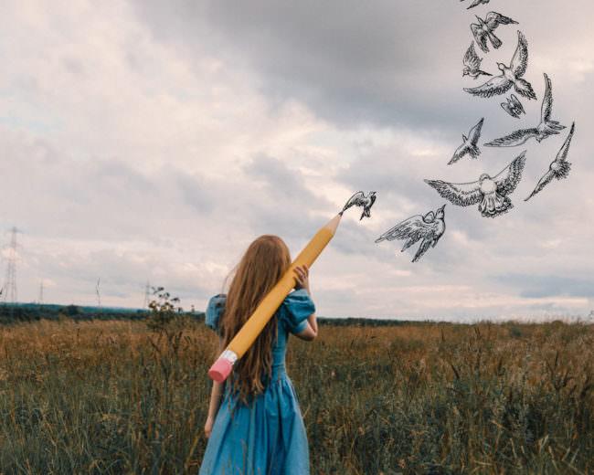Eine Frau zeichnet Vögel in den Himmel
