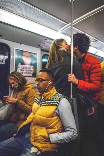 Zwei küssende Menschen in der Bahn