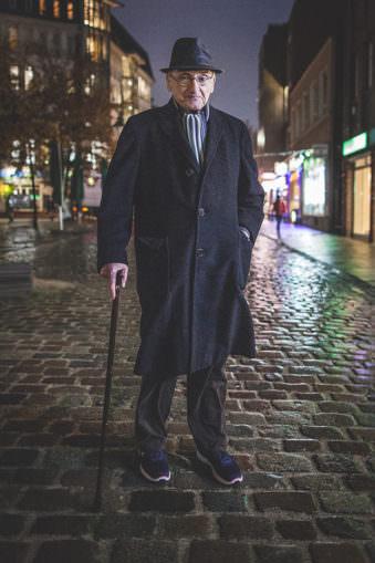 Ein Mann mit Stock auf der Straße