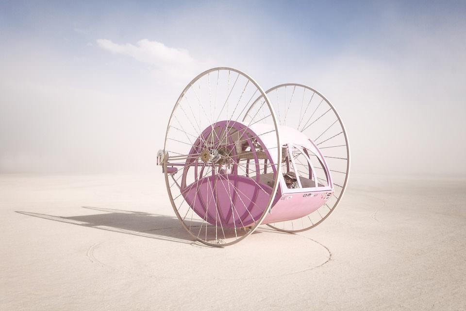 Ein rosa Gefährt in der Wüste.