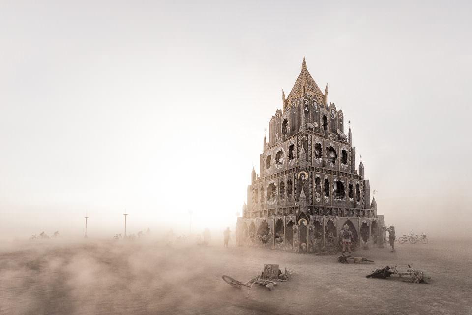 Ein Palastgebäude in der Wüste.