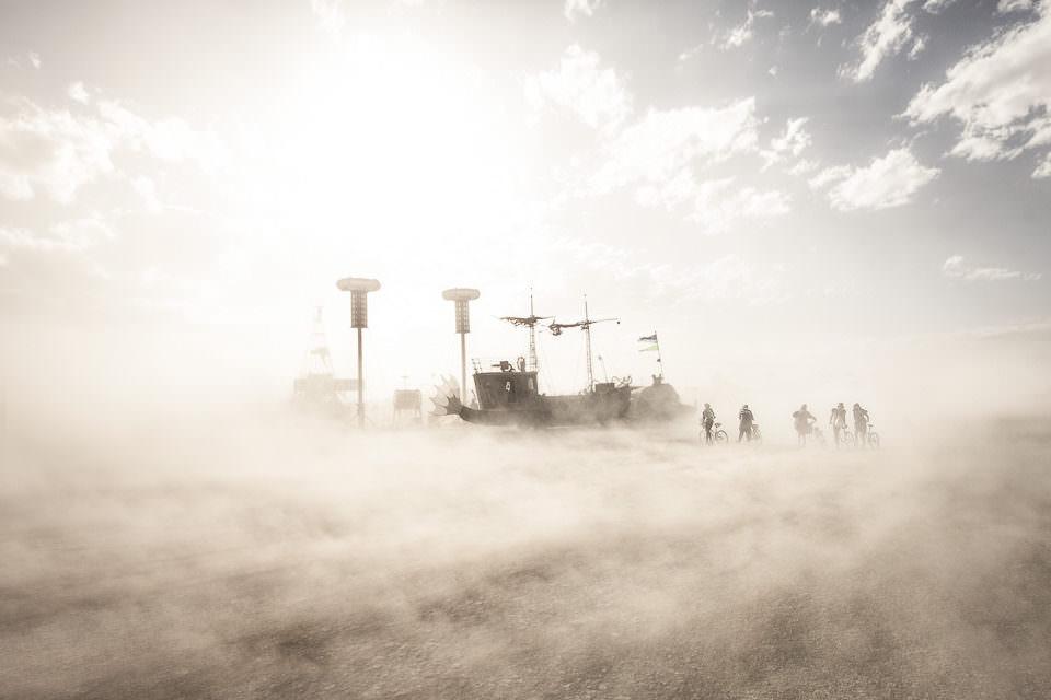 Wüstensand und Menschen.