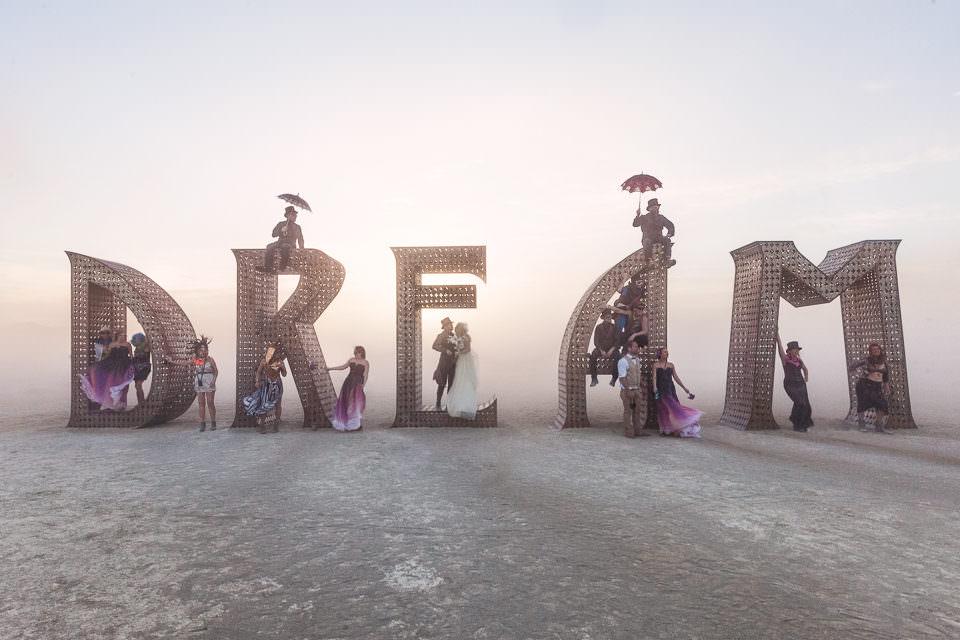 Dream steht in der Wüste.