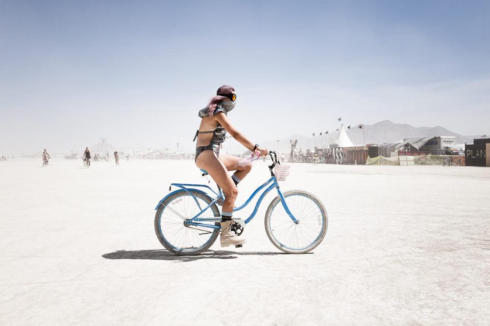 Eine Frau auf einem Fahrrad.