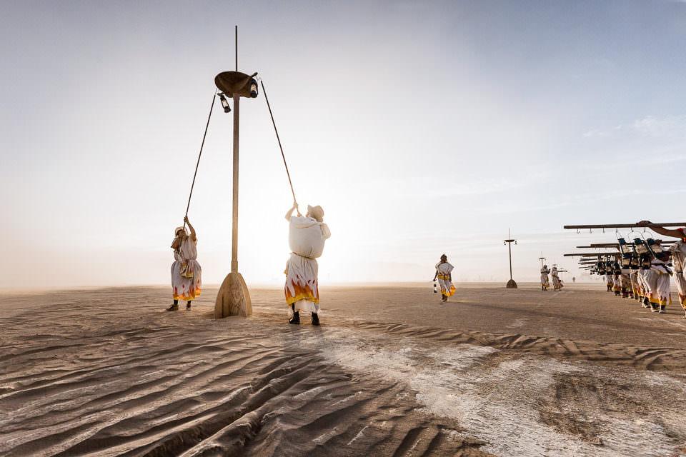 Beduinen bauen in der Wüste etwas auf.