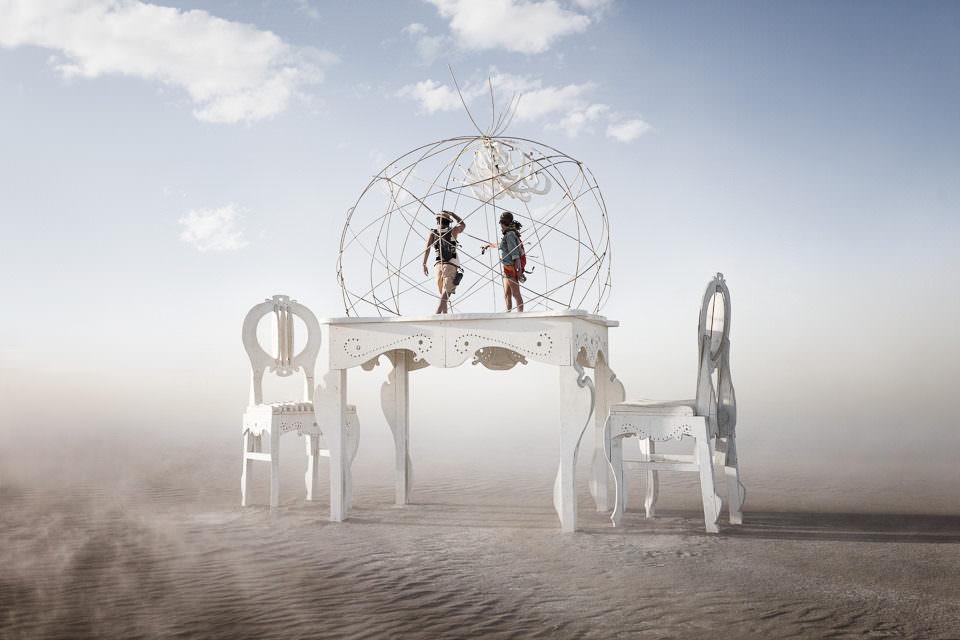 Menschen stehen auf einem Tisch in der Wüste.