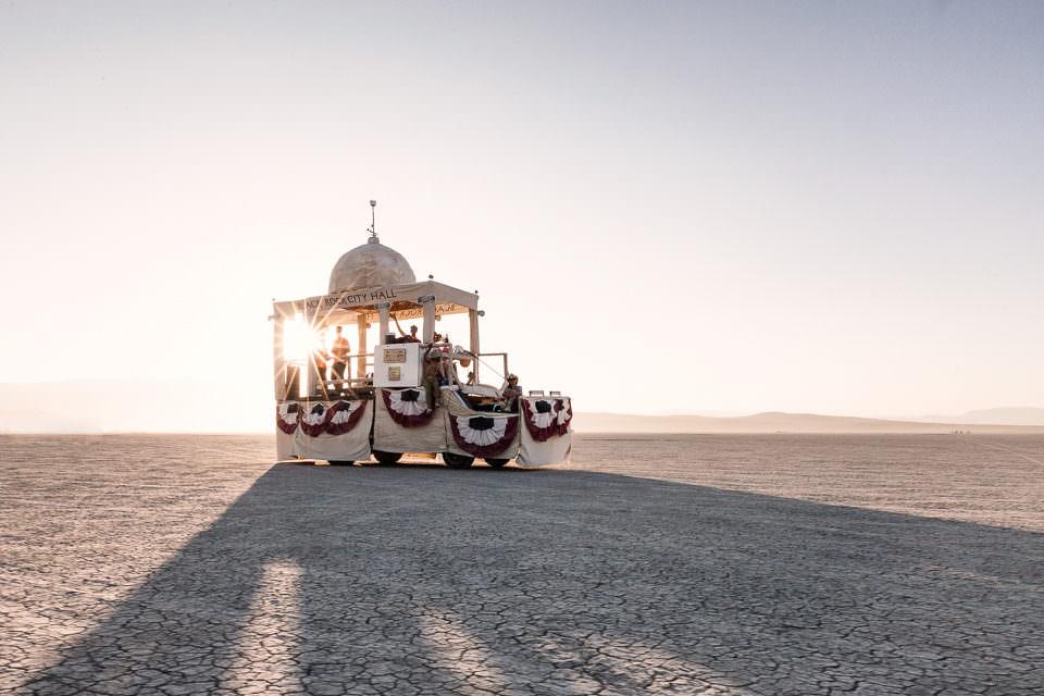Ein kleiner orientalischer Wagen wirft Schatten.