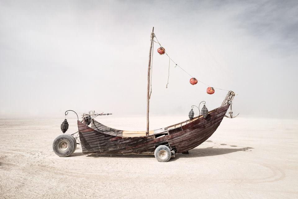 Ein Boot in der Wüste.