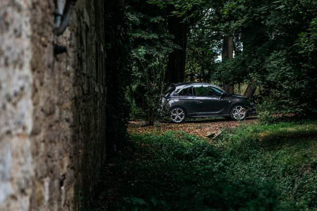 Schwarzes Auto im Wald