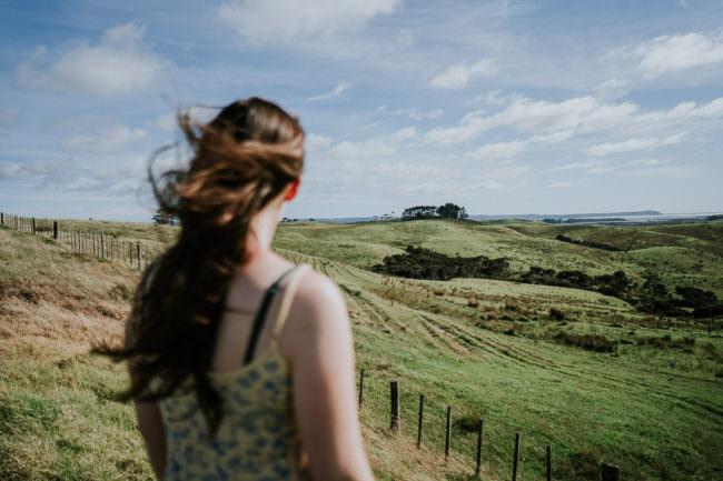 Frau in einer grünen Landschaft