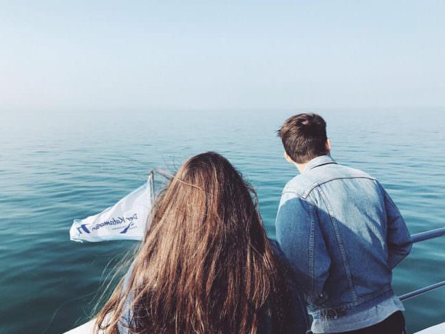 Zwei Menschen auf einem Schiff