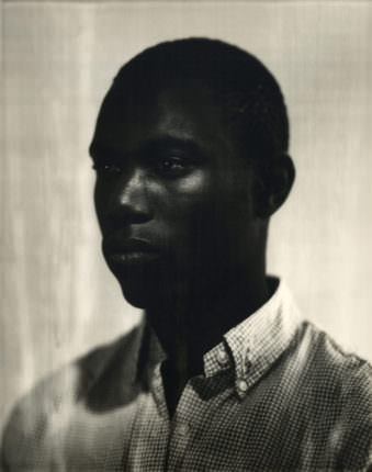 Ein Portrait eines dunkelhäutigen Mannes.