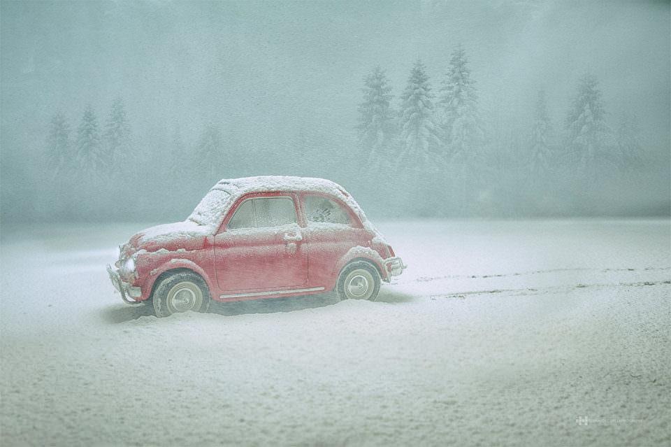 Ein rotes Auto im Schnee
