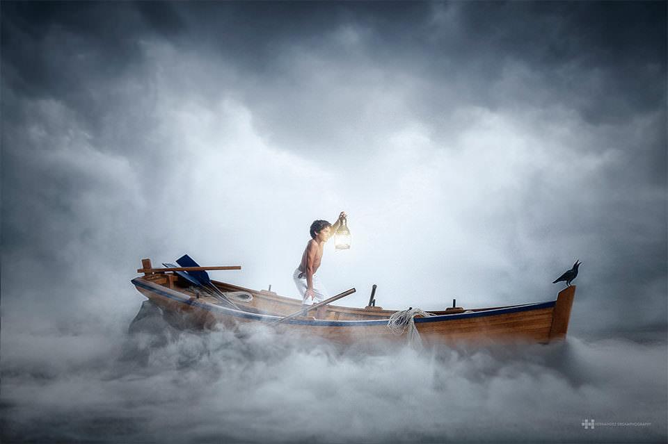 Ein Junge mit Laterne in einem Boot