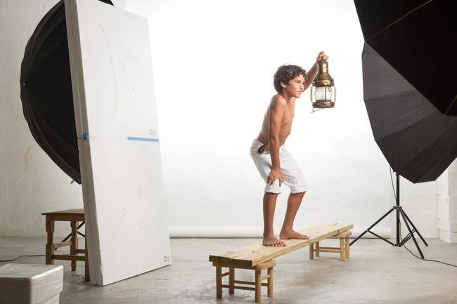 Ein Junge mit Laterne im Studio