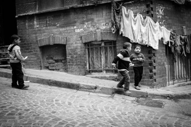 Kinder auf einer Straße
