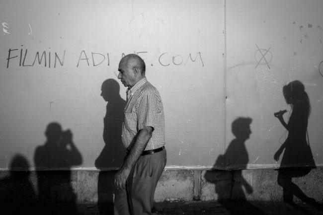Ein Mann und Schattenspiele auf einer Wand