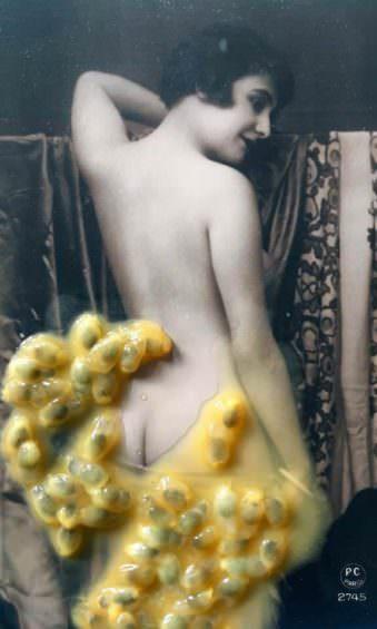 Eine Frau verhüllt von Beeren.