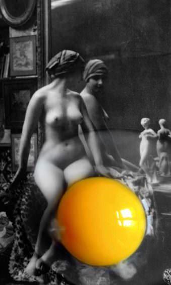 Eine Frau schaut in einen Spiegel.