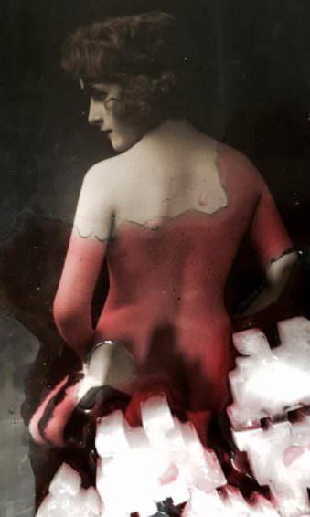 Eine Frau mit einem nackten Rücken.