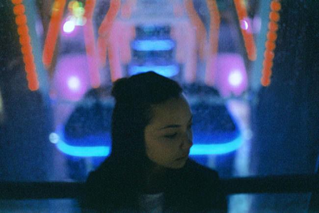 Mädchen vor nächtlichen Lichtern