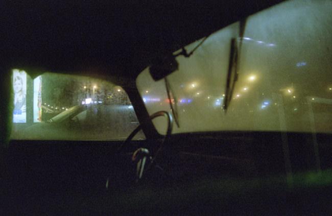 Blick nachts aus einem Auto heraus