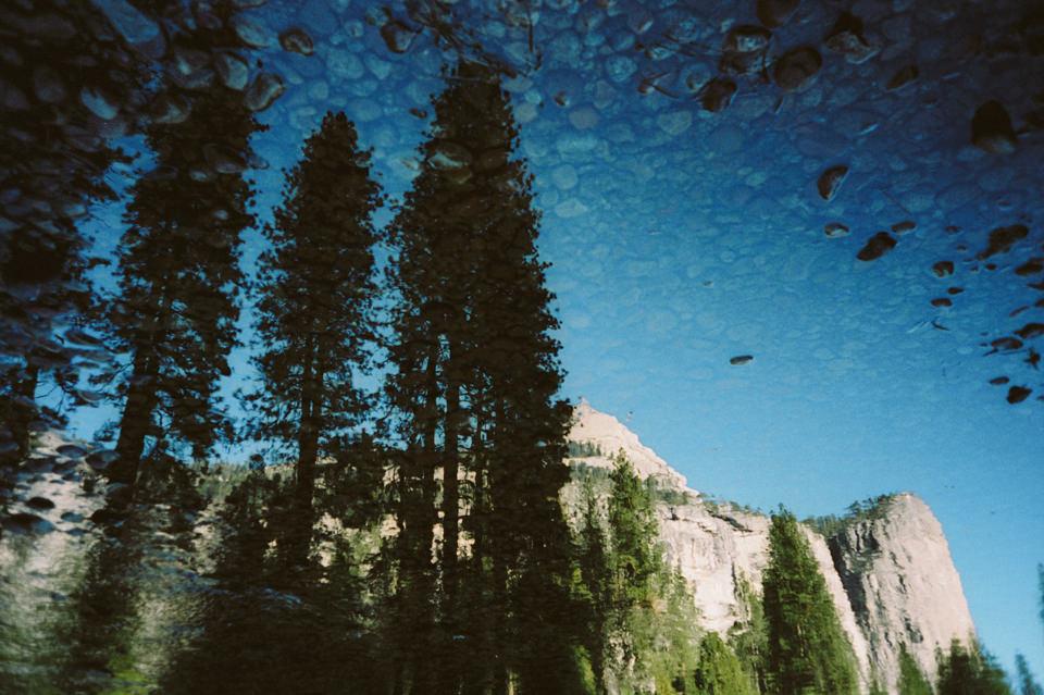 Berg und Bäume spiegeln sich im Wasser