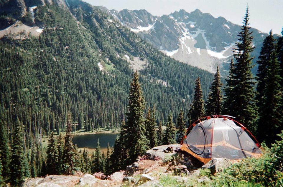 Ein Zelt im Gebirge