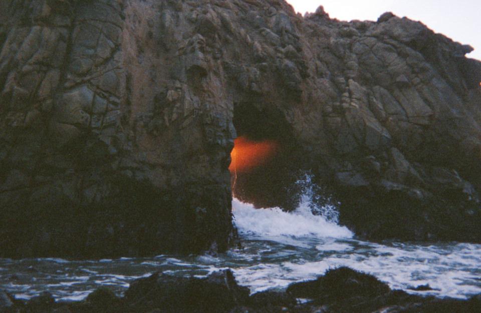 Eine Höhle, an der sich die Gischt der See bricht